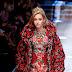 Sarah Snyder desfila pela passarela da Dolce & Gabbana durante a Milan Fashion Week de Outono/Inverno 2017/18 em Milão, Itália - 26/02/2017