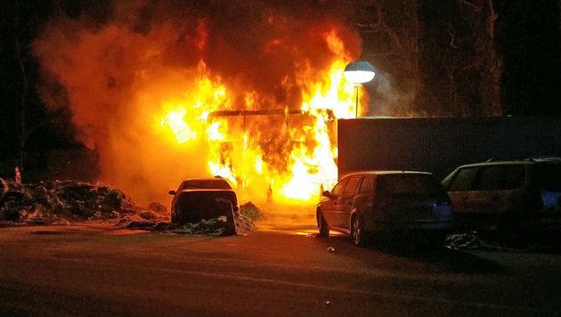 Mazedonischer Reisebus mit 51 Insassen brennt an Grenzkontrolle Walserberg völlig aus - Alle wohl auf