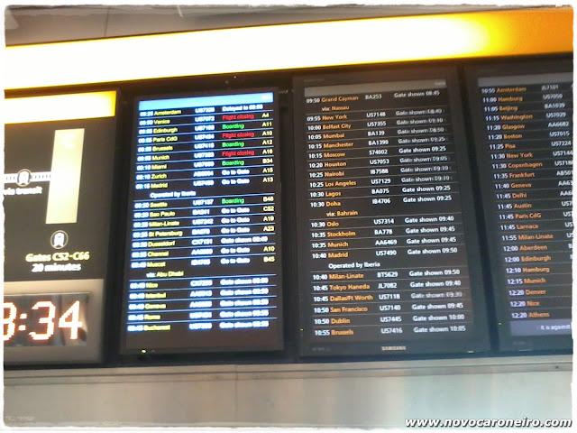 Painel Aeroporto de Londres, por novocaroneiro.com