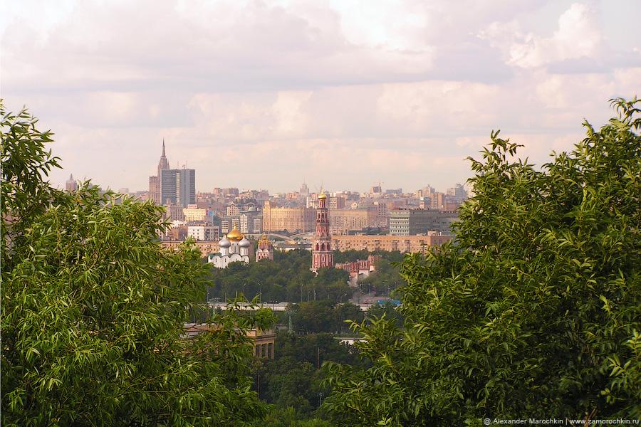 Вид на Новодевичий женский монастырь с Воробёвых гор