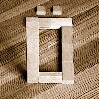 Takozlardan yapılmış Ö harfi
