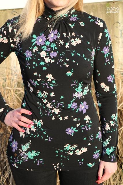 Frau in Shirt Sore aus schwarzem Viskosejersey Schnittmuster von Schnittquelle