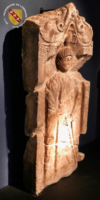 EPINAL (88) - Musée d'Art Ancien et Contemporain : Stèle gallo-romaine de Charmois-l'Orgueilleux