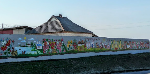 Петриковка. Декоративно-орнаментальная петриковская роспись. Забор на трассе Р-52