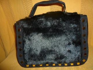 bolsa de mão em camurça preta  com pelinho na frente