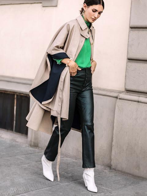 Кожаные брюки с бежевым кейпом и зеленым топом
