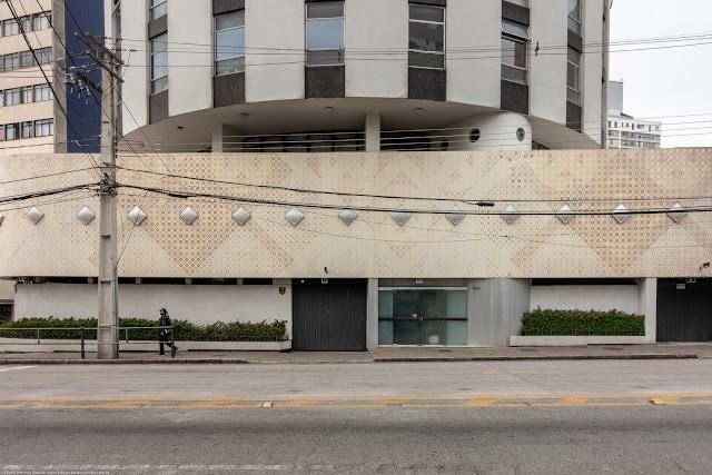 Edifício Governador - detalhe do painel de azulejos com desenhos geométricos