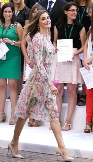 236b3e99f499 All evento di presentazione delle borse di studio 2016 Iberdrola a Madrid  invece Letizia Ortiz ha optato per un fresco e abbordabile vestito in  chiffon a ...