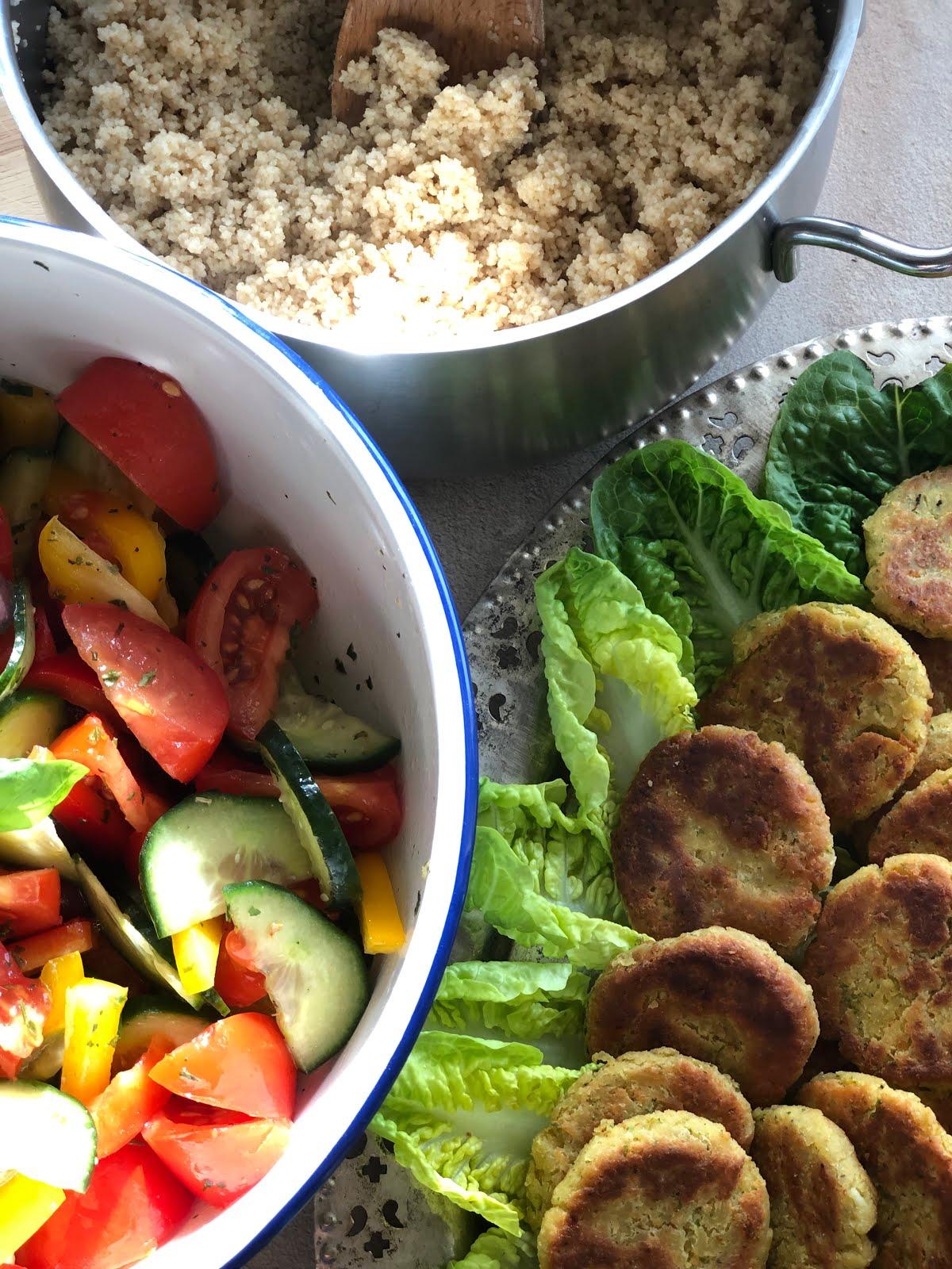 Falafel mit Couscous und griechischem Salat