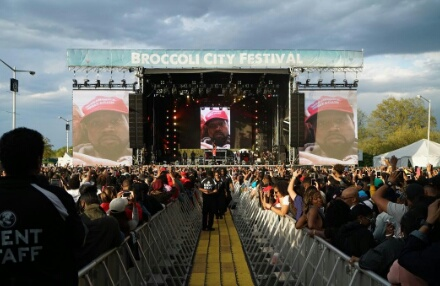 "Nipsey Hussle Shows Kanye West's ""MAGA"" Selfie During ""FDT"" Performance"