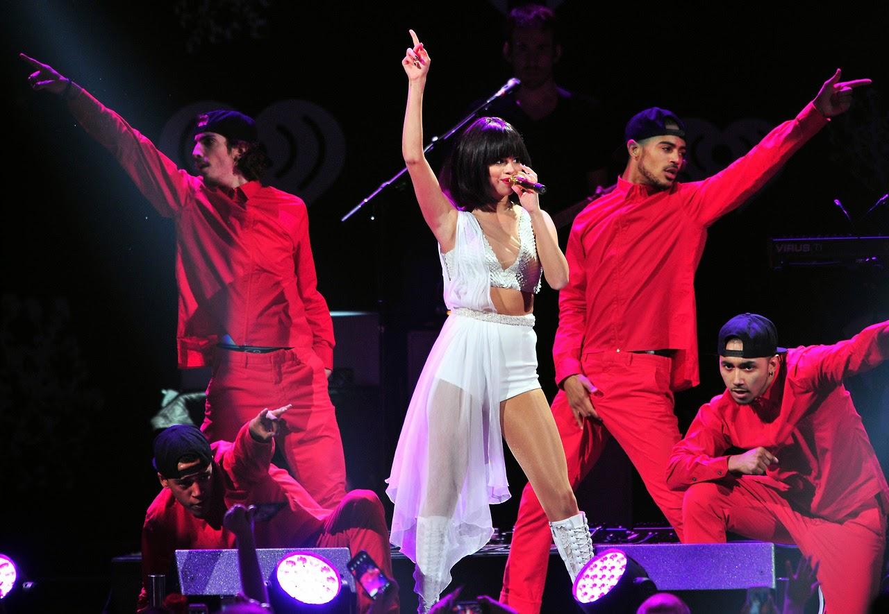 Selena Gomez Ayer 2d Actu 243 En Dallas Con Media Melena