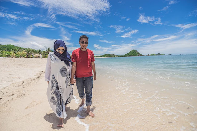 foto romantis di pantai kuta lombok