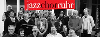 Lachende Menschen unter dem jazzchorruhr Logo