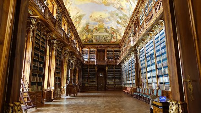 這張就拍到全部了,驚人的古老圖書館,美麗無匹