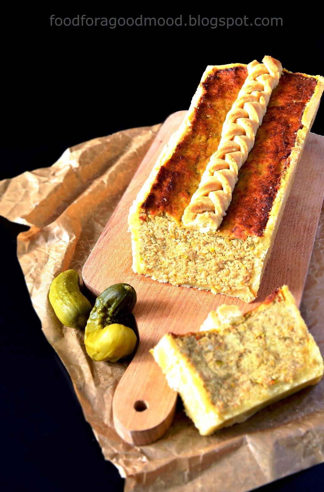 """Swojski, domowy pasztet. Przygotowany z drobiu, z dodatkiem wieprzowiny. Wewnątrz sowicie doprawiony gałką muszkatołową, a na zewnątrz otulony kruchym, delikatnym ciastem. Kwintesencja dobrego polskiego smaku. Pretendent do tutułu """"Króla stołu"""". Nie tylko w Wielkanoc..."""