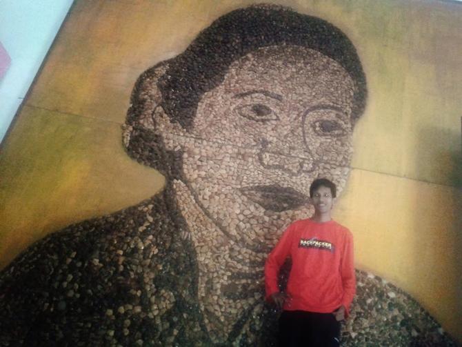 Mengabadikan diri bersama lukisan RA Kartini