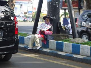 ibu penjual koran