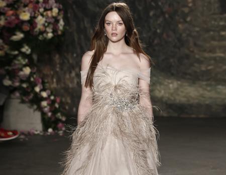 48da489c77dc8 ما بين صيحة الكاب والفساتين الوردية وغيرها من الصيحات التي جعلت فستان العرس  الأبيض التقليدي ليس الخيار الوحيد للعروس اليوم. وفي منتصف فصل الصيف حيث  موسم ...