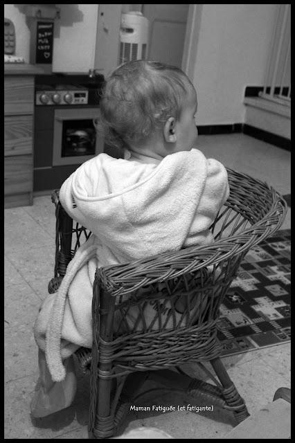 Petit Lou sur chaise en osier