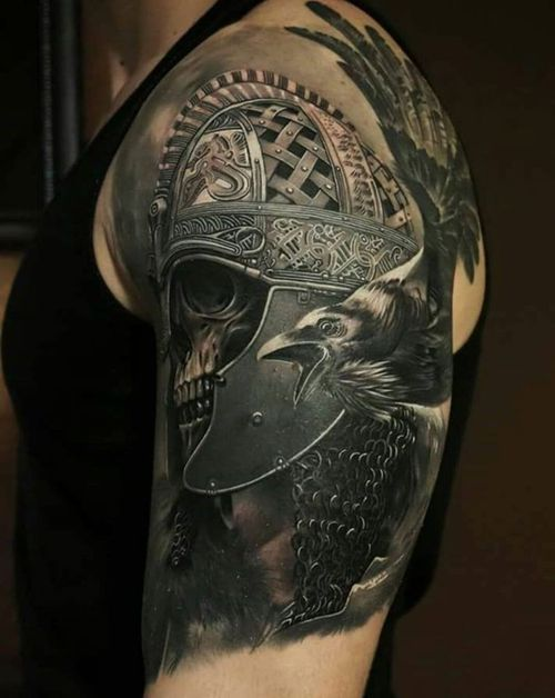 tatuaje en el hombro de vikingo para hombre