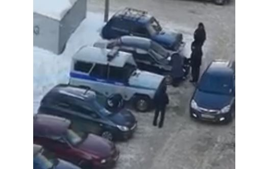 В Уфе женщина исцарапала припаркованные во дворе машины