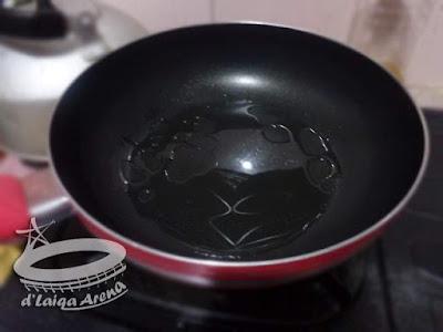 panaskan minyak untuk menumis bumbu
