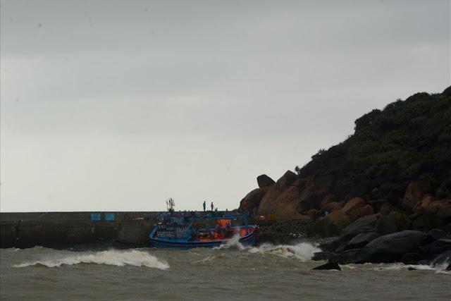 Quảng Ngãi Sóng lớn đánh chìm tàu cá một thuyền viên mất tích