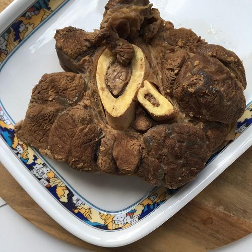 Rindfleischbrühe aus einer Rinderbeinscheibe kochen