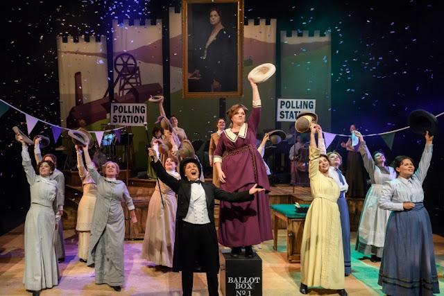 Elena Langer: Rhondda Rips It Up! - Lesley Garrett, Madeleine Shaw, WNO Ladies Chorus - Welsh National Opera (Photo © Jane Hobson)