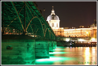 Projection verte au pied du pont des arts