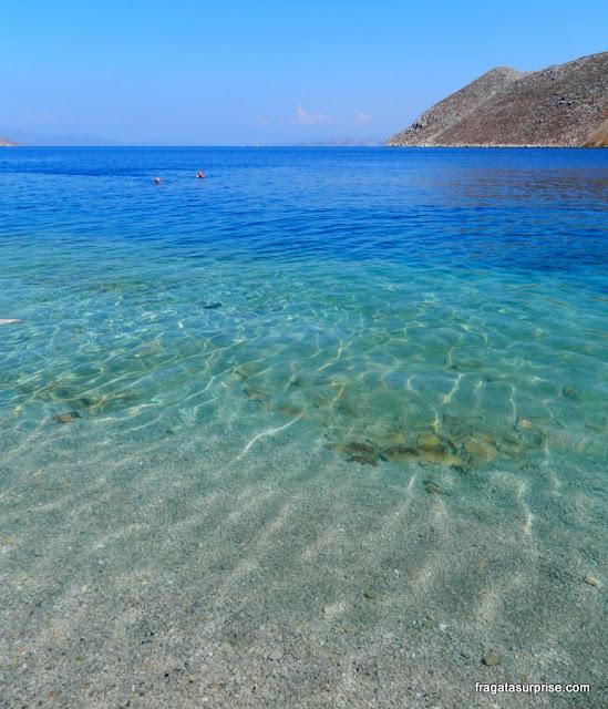 A transparência das águas azuis da Praia de Nos, na ilha grega de Sými, no Dodecaneso