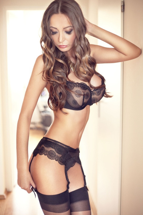 Hot Babes In Lingerie Pics