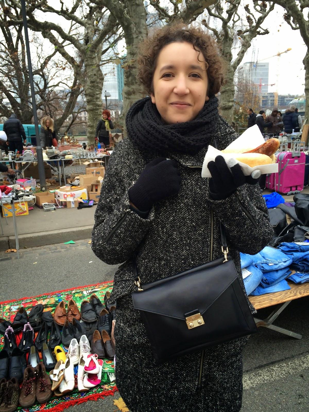 blogger holding hotdog in frankfurt flea market