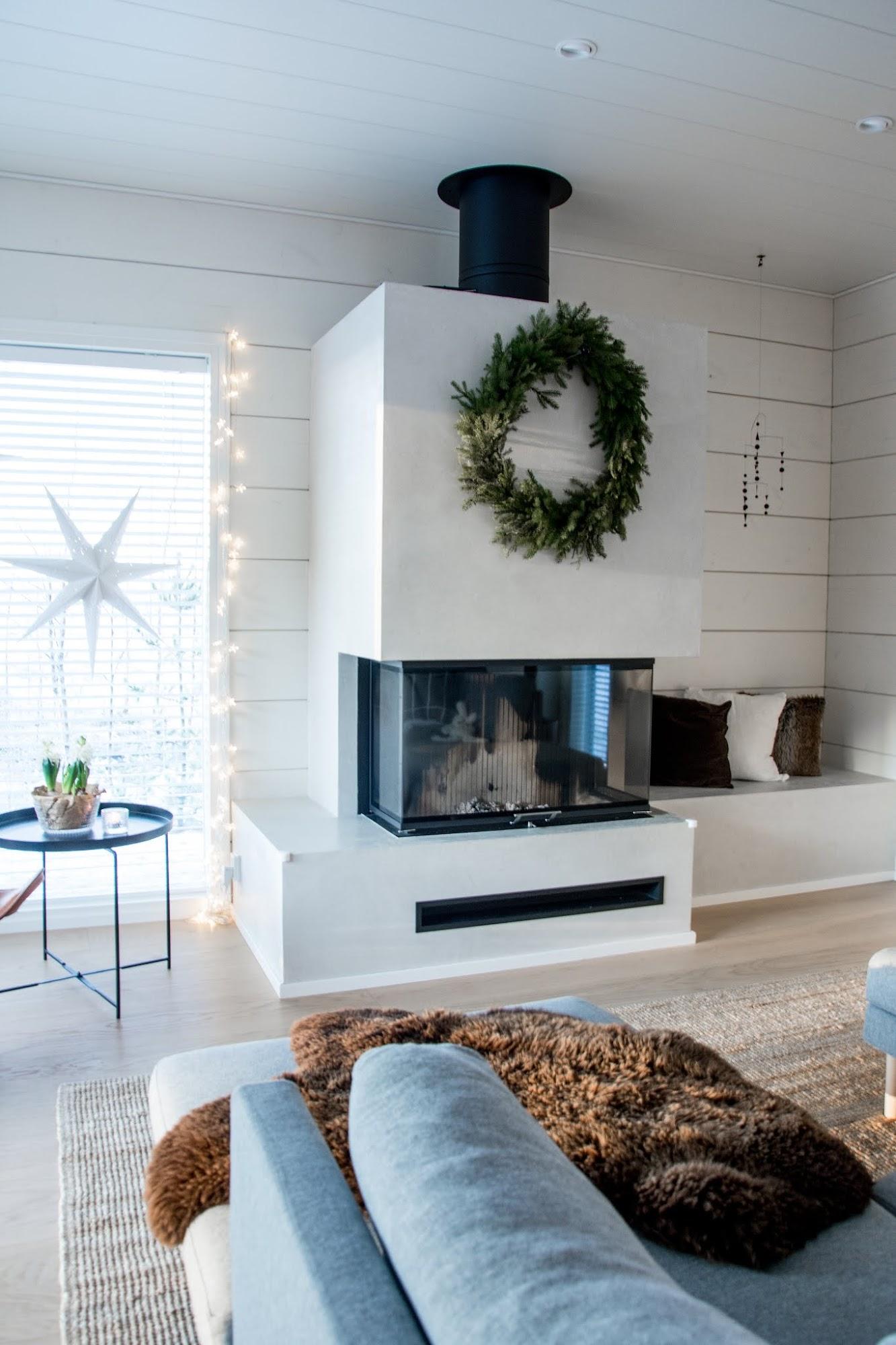 talo markki - skandinaavinen joulu - joulu sisustus - havukranssi sisustuksessa - joulukuusi valoilla