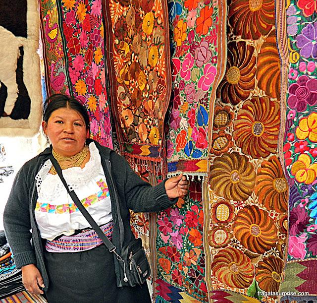 vendedora de artesanato no Mercado de Otavalo, Equador