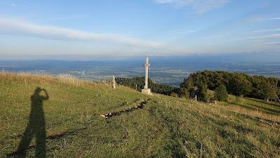 Langer Schatten und Gipfelkreuz auf der Röti