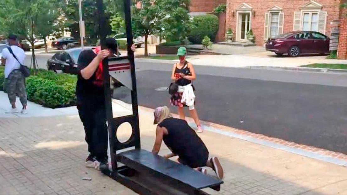 Manifestantes arman una guillotina en casa de Bezos