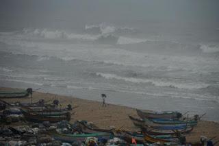 चेन्नई से टकराया चक्रवती तूफान 'वरदा', 110km/घंटे की रफ्तार से चल रहीं