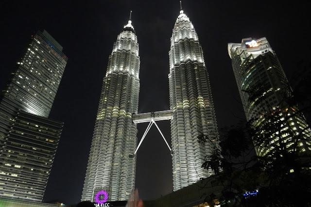 Wieże Petronas w nocy