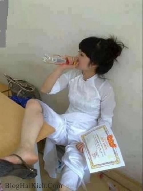 Nữ sinh mặc áo dài ngồi uống rượu
