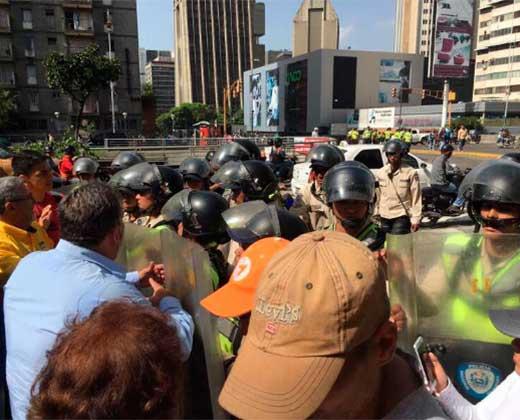 ¡COMIENZA LA REPRESIÓN! PNB ataca a opositores con gas pimienta en Los Cedros #4Abr