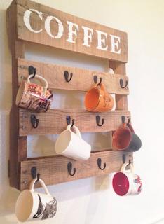 Hiasan dinding ruang tamu minimalis dari kayu, gantungan gelas