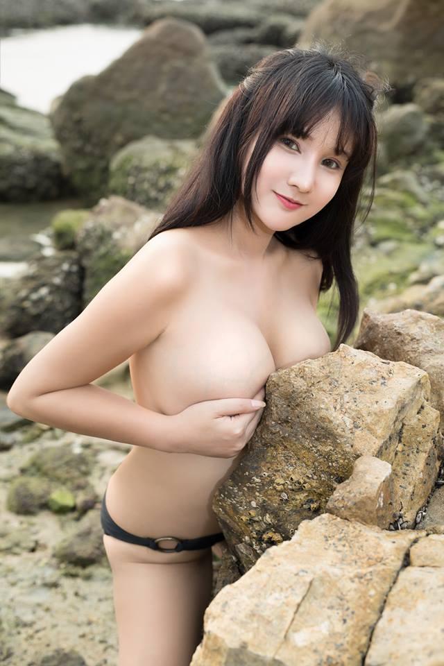 Gái xinh bán nude cực sexy với ngực khủng
