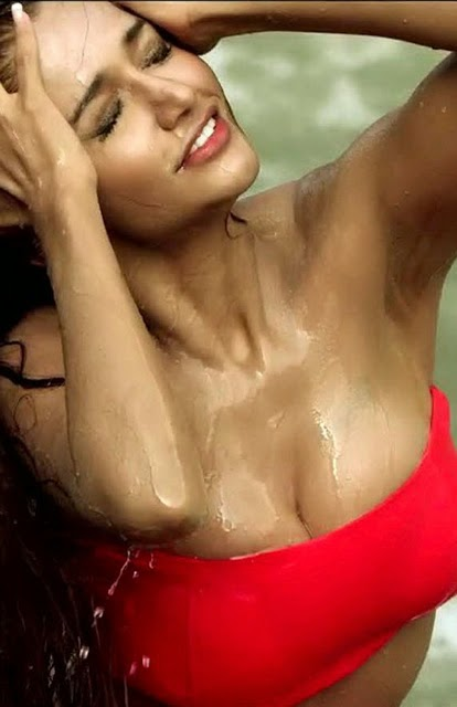 Anaika Soti Latest Hot Navel and Cleavage Stills from Movie Satya 2