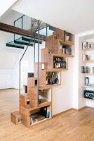 Ideas para ahorrar espacio debajo de la escalera libros y bebidas