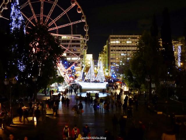 oświetlony na biało świąteczny statek stoi na Placu Syntagma, widok nocą Ateny, Grecja.