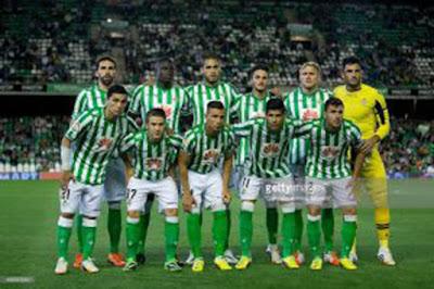 """Sejarah Real Betis       Berdiri pada 12 September 1907 (usia yang tidak sebentar tentunya) dengan nama lengkap Real Betis Balompie, mempunyai beberapa julukan unik diantaranya Verdiblancos dan juga Beticos del Universo. Klub yang saat ini diketuai oleh Miguel Guillen itu menempati stadion kebanggaan Estadio Benito Villamarín Sevilla, Andalusia, Spanyol dengan kapasitas daya tampung kurang lebihnya 56.432 jiwa. Berbasis di Sevilla, ternyata Real Betis merupakan tim pertama dari Andalusia yang bermain di La Liga. Namun tidak hanya itu saja rekor yang pernah diukir, selain itu juga tim Andalusia pertama yang sanggup menjuarai Copa del Rey, La Liga dan bermain di Piala Champions. Catatan rekor yang tidak kalah menarik dengan Biodata Klub Spanyol Villarreal CF dari penulis sebelumnya dunk.  Presiden pertama dari klub adalah Juan del Castillo Ochoa dan kapten kesebelasan pertama yang juga merangkap sebagai pelatih pada tahun 1914, adalah Manuel Ramos Asencio. Pada tahun-tahun awal klub ini mengalami beberapa kali pergantian markas dari calle Alfonso XII (1907-1909), ke Federico de Castro (1910-1911) dan kemudian ke Jerónimo Hernández (1912-1914).  Nama kesebelasan yang dipilih oleh anak-anak muda ini menggambarkan ide mereka yang ingin menentang pengaruh sepak bola Inggris: """"Sevilla BALOMPIÉ"""" (setelah sebelumnya bernama"""