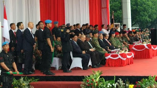 Jokowi Ajak Sultan Brunei Menonton Atraksi Makan Ular Pasukan Kopassus TNI