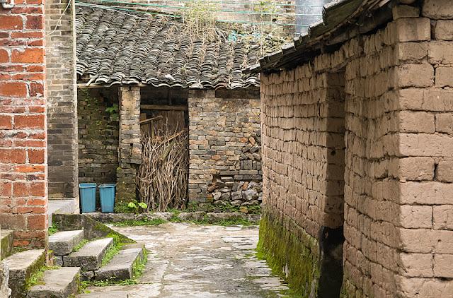 Maisons de brique dans un petit village le long de la rivière Yulong