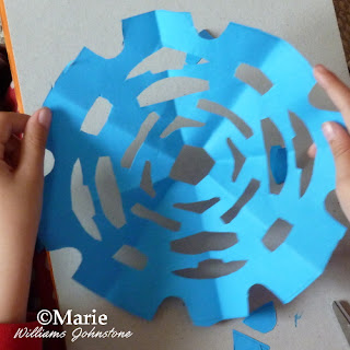 Making spiders webs with paper cutting